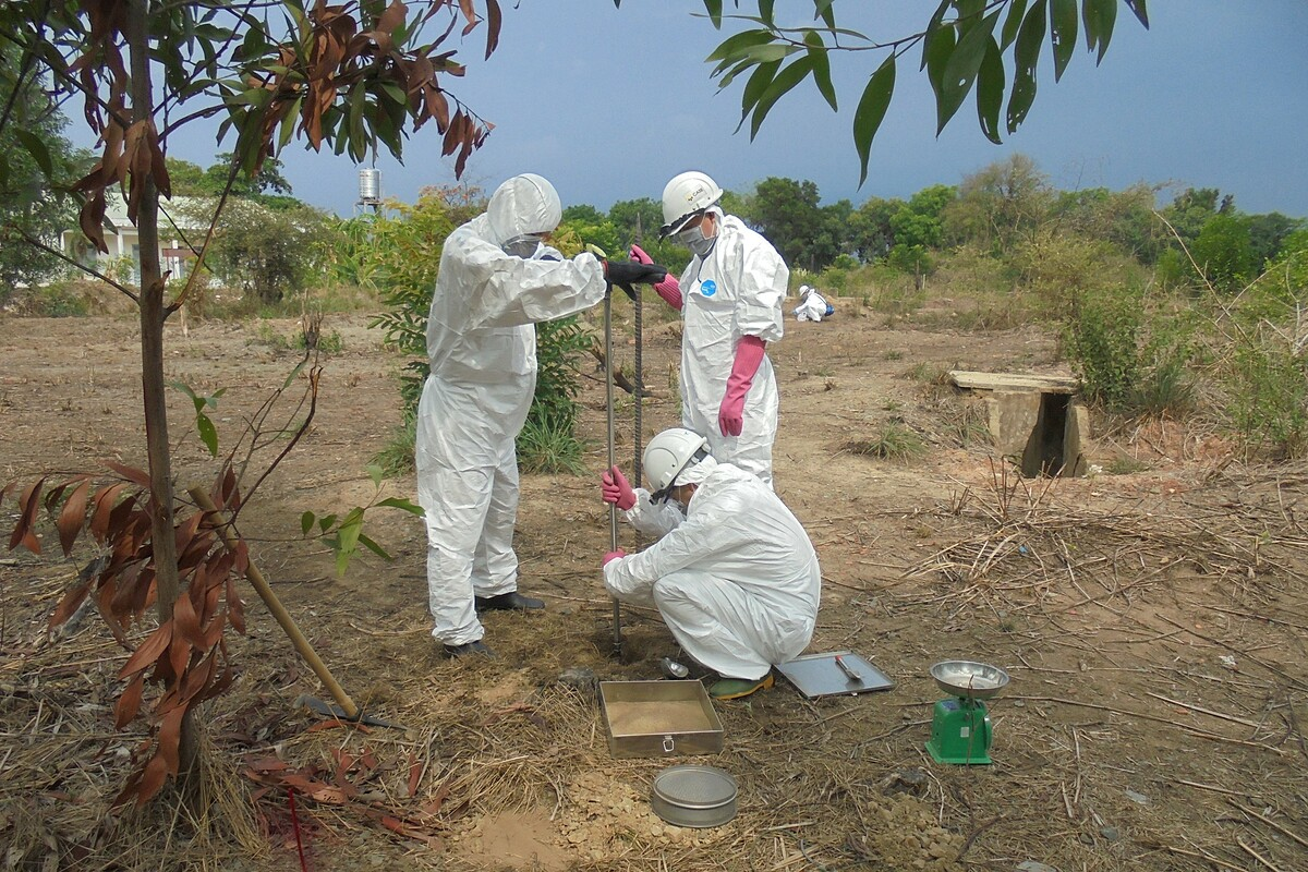 A team collects soil samples to test for dioxin at Bien Hoa Airport, Dong Nai Province, southern Vietnam, in 2020. Photo by USAID.