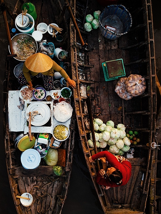 The market also has many floating eateries serving regional foods.