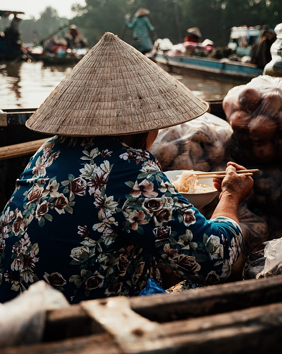 Withouta tables and chairs, tourists can enjoy a bowl of noodle soup. From a boat, tourists could gain a close-up experience of Mekong Delta market life while listening to stories told by traders.