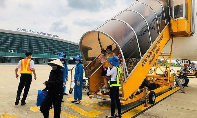 Stray dog delays landing at central Vietnam airport