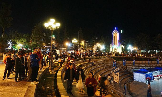Tourists tour Sa Pa at night, November 2020. Photo by VnExpress/Ngan Duong.