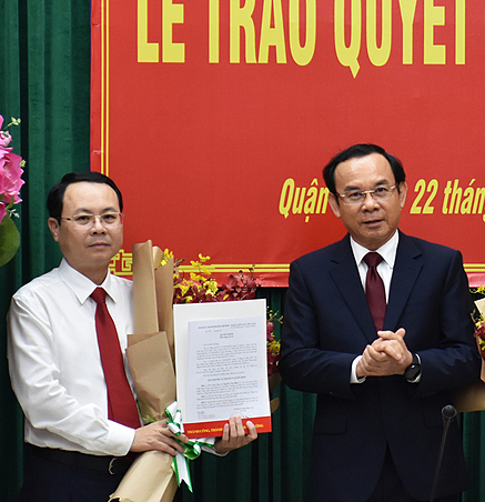 Nguyen Van Hieu (L) is appointed Party chief of Thu Duc City by HCMCs Party chief Nguyen Van Nen, January 22, 2021. Photo by VnExpress/Huu Cong.