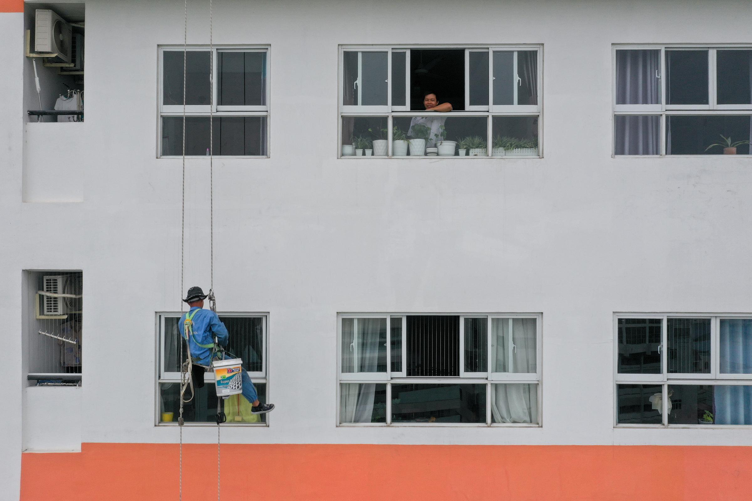 'Spidermen' defy gravity, death to clean Saigon skyscraper windows