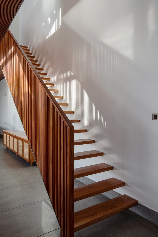 The stair handrail has the same material and pattern with the floor.