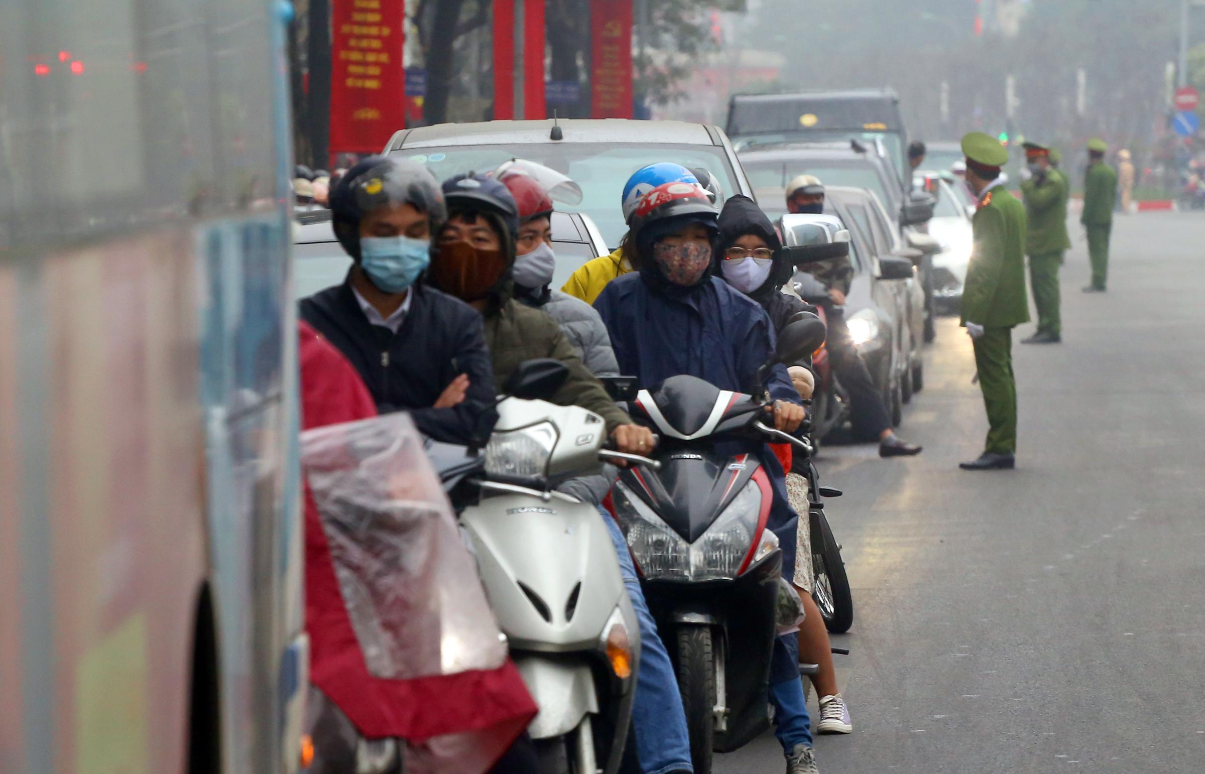 Hanoians stuck in traffic amid Party Congress road blocks