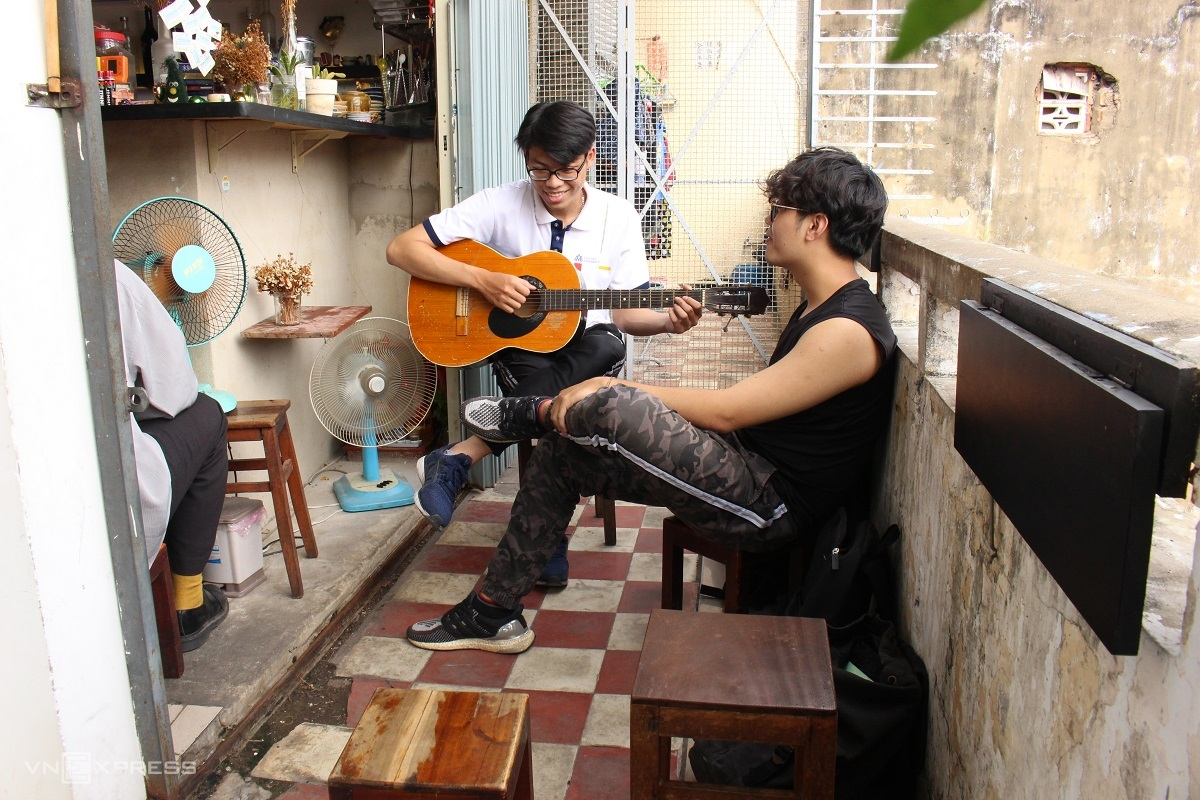 Playing guitar on the cafe balcony. Photo by Huynh Nhi.