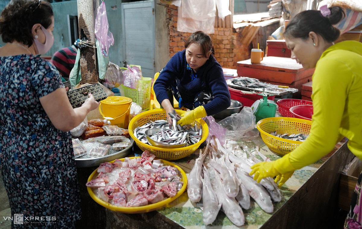 The fresh fish retail market offers locals and individual customers a wide range of seafood choices.