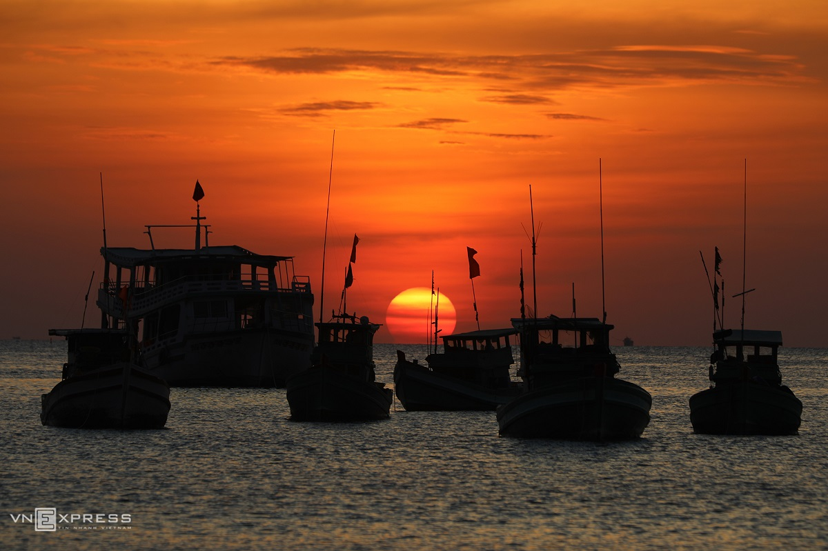 Fishing vessels return in the early morning. The shortest fishing journey lasts four days while the longest may last for months.  At this time of year, most offshore boats return to port to sell fish, do maintainance on the boat, and prepare for Tet, Nguyen Van Sa, a vessel owner said.