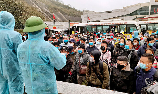 Vietnamese workers returning from Laos and Thailand listen to quarantine regulations at Cau Treo border gate in Ha Tinh Province, central Vietnam, January 17, 2020. Photo by VnExpress/Duc Hung.
