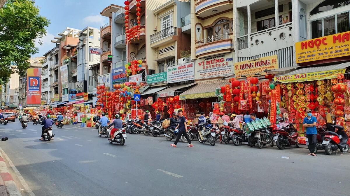 Saigonese descend on Tet merch street