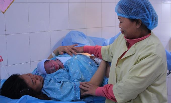 Vietnamese provinces, cities to reward women having two kids before turning 35