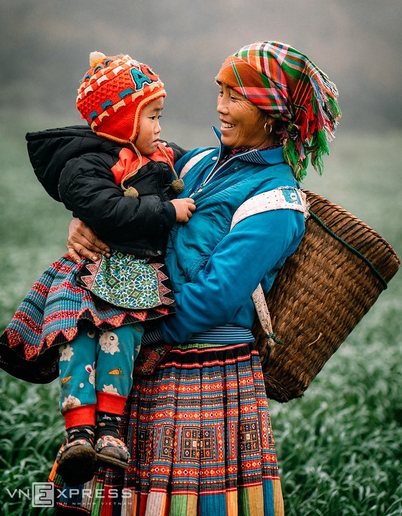 A Hmong mother holds her son in Pa Phach Village of Dong Sang Commune, located on National Highway 6, about five kilometers from the Moc Chau intersection.