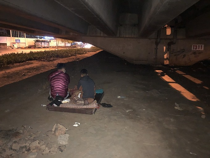 Doan Cong helps out a homeless kid under a bridge near the My Dinh Stadium, Hanoi. Photo courtesy of Blue Dragon.