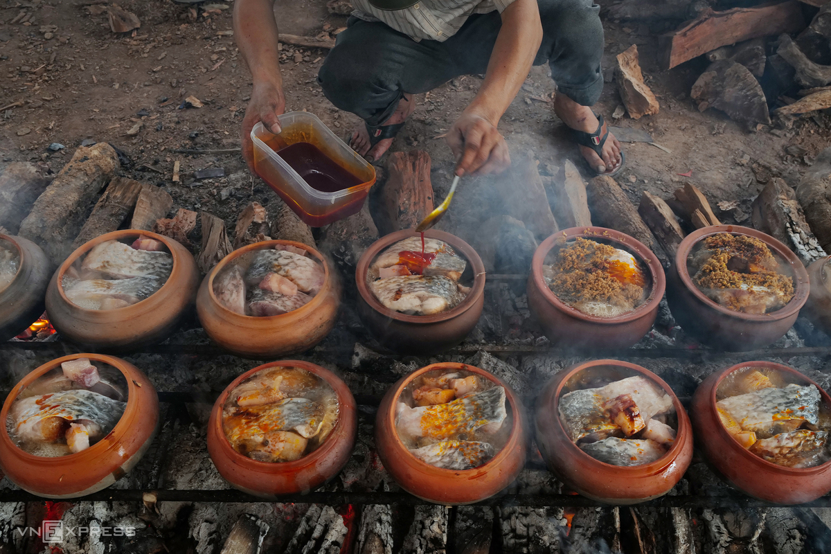 Northern village braises fish in clay pots for Tet treat