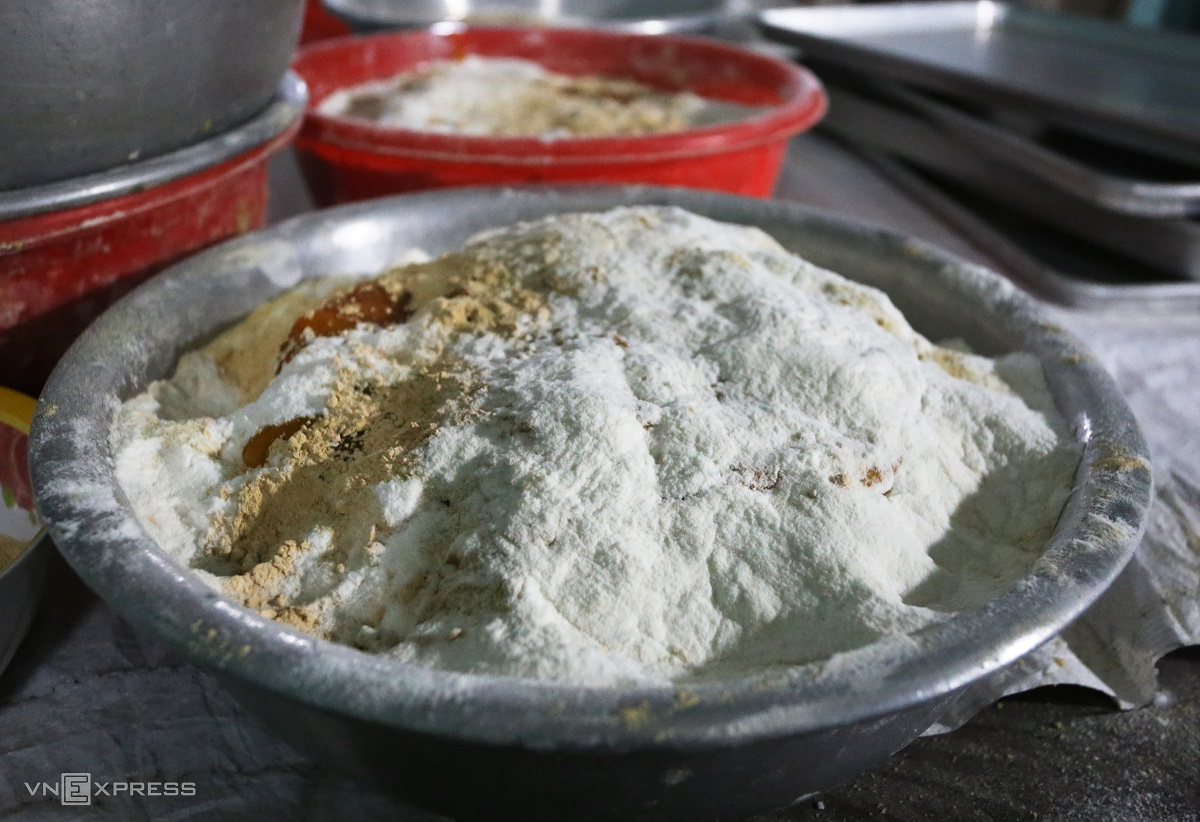 Ingredients include sugar, mung bean and glutinous rice flour, with melted sugar and mixed flour at a 50/50 percent ratio.