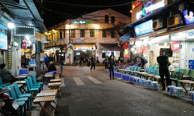 Shops are empty in Hanois famous Ta Hien beer street. Photo by VnExpress/Ngoc Thanh.
