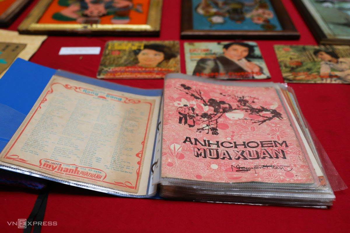 A collection of music sheets with songs about spring carefully preserved in a plastic-wrapped album. Collecting music sheets was a hobby of Saigonese in the 1950s. Artworks on the cover and song lyrics and music notes inside was a format that appealed to Saigonese then.