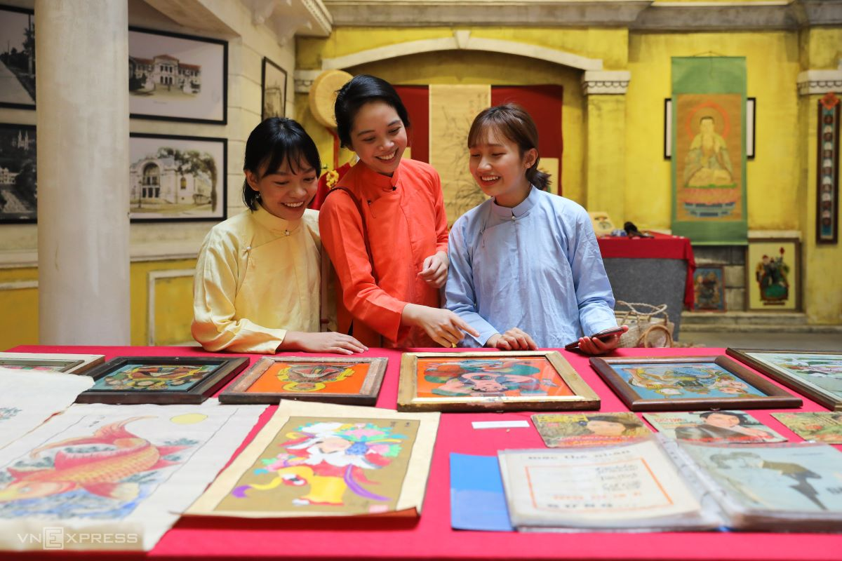Dong Ho woodblock printed paintings, 'tranh kieng Nam Bo' (reverse glass paintings of the south) and spring music sheets were popular in Saigon at Tet over 50 years ago.