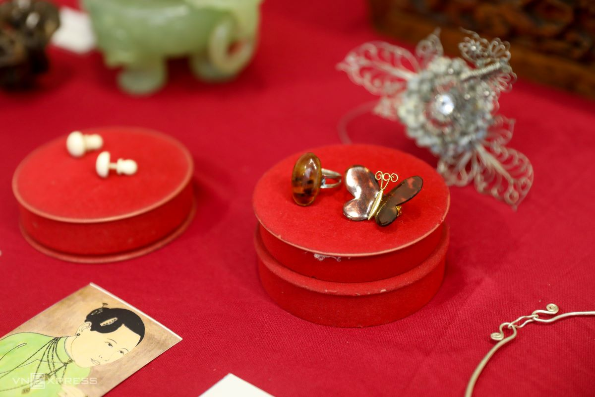 Jewelry used for going out in the first days of the Lunar New Year.