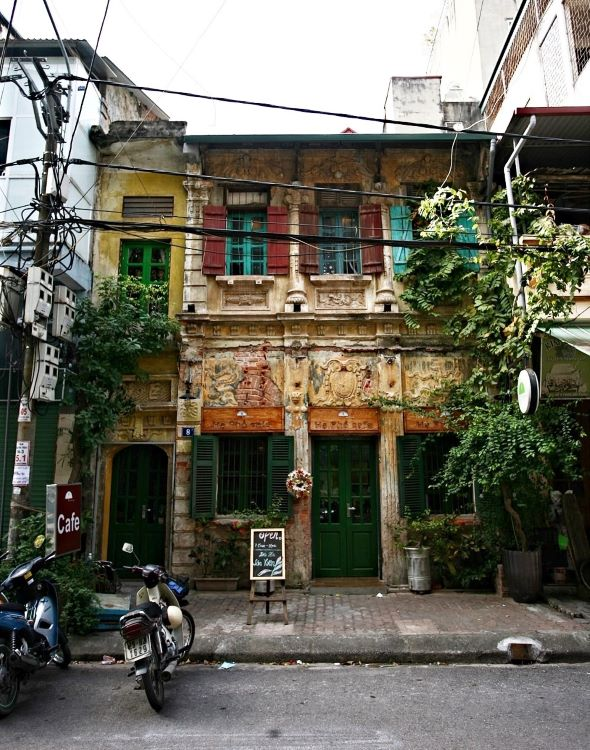 Passing the aged facade, pedestrians would hardly imagine the house at 8 Phan Boi Chau Street to host a cafe, with only a small elegant sign visible.