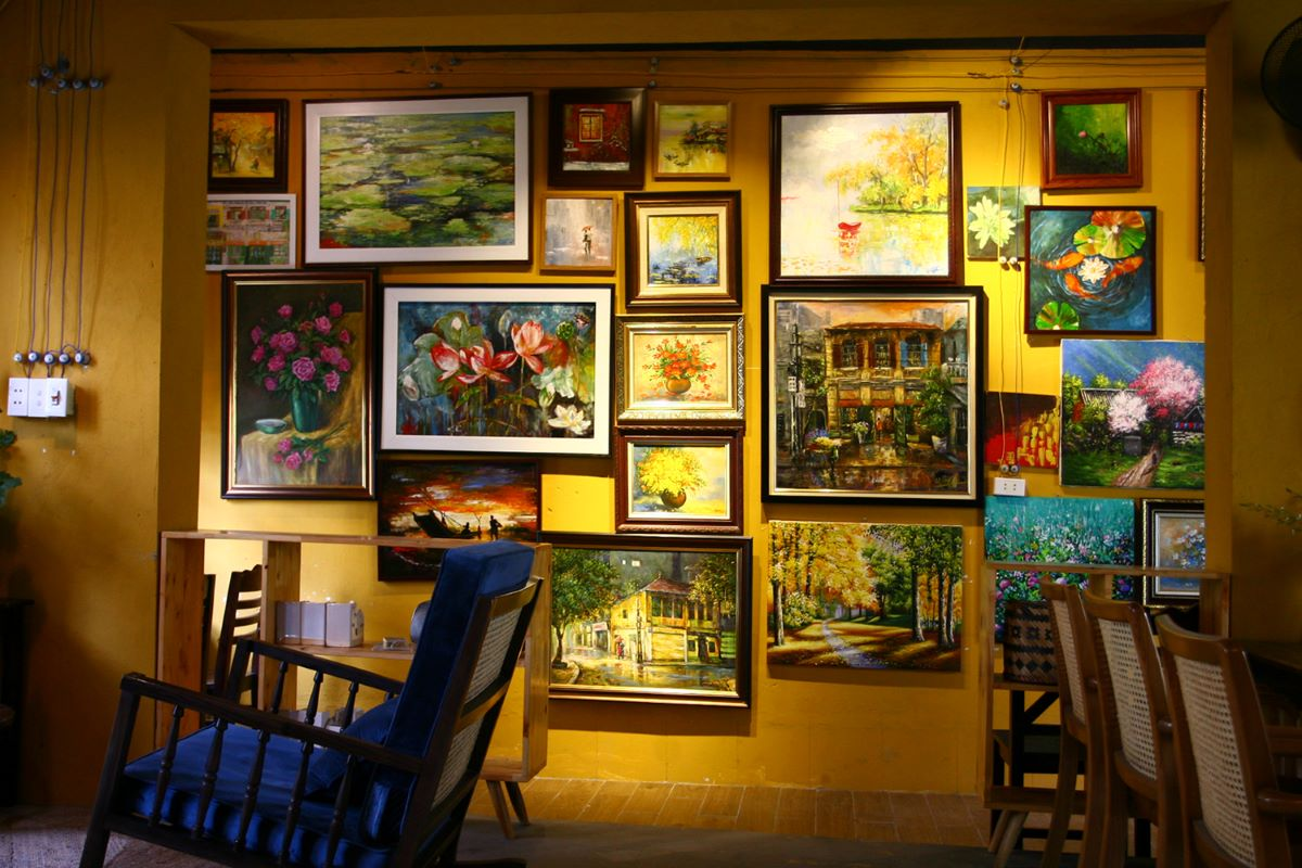 Most of the artwork revolve around two main themes: old Vietnamese architecture and flowers.