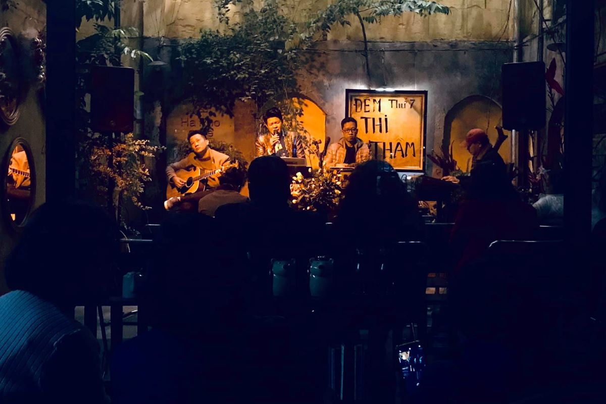 Open from 7 a.m. to 10:30 p.m. daily, the cafe serves not only coffee (at VND25 000 [$1.1] a cup) but also other drinks like juice, tea, and snacks. Every Saturday night, it also hosts an acoustic music performance.