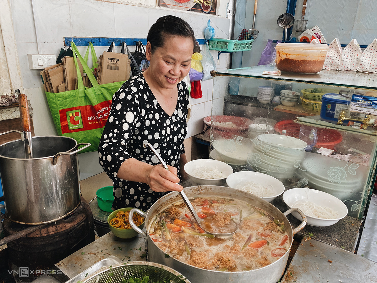 The owner and staff at Di Canh are friendly. Photo by VnExpress/Trung Nghia.