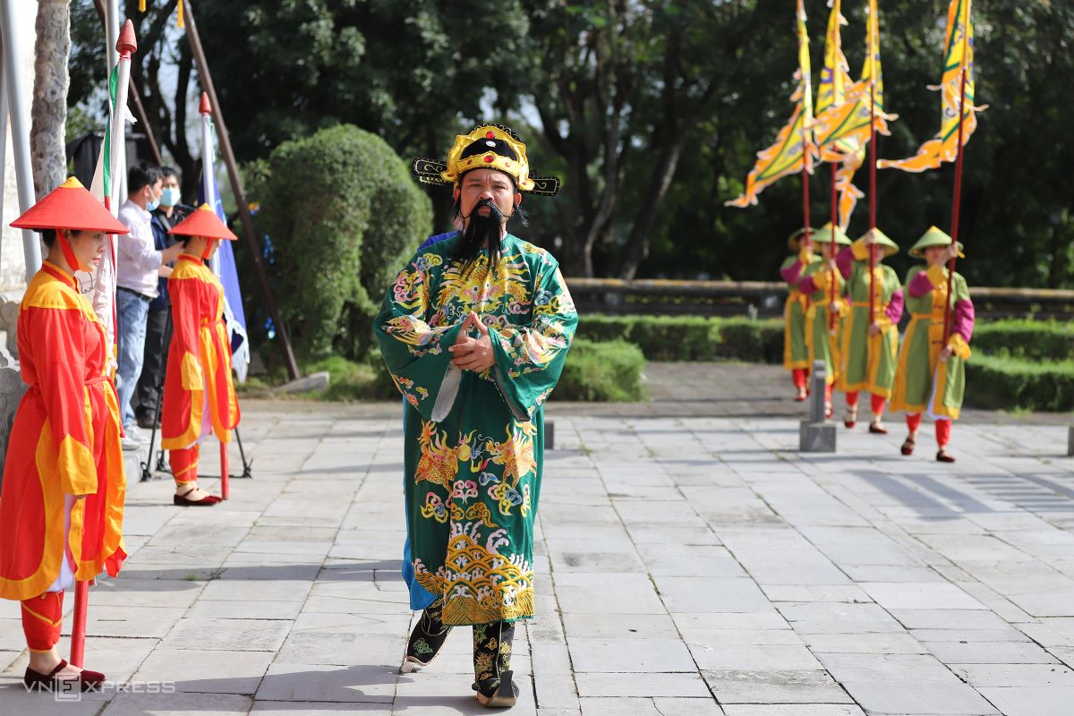After being signaled by the bell and drum at Ngu Phung (Five Phoenixes) Pavilion, the procession of nobility enters the courtyard of Thai Hoa Palace on the first day of the New Lunar Year. Officials have to wear attire in accordance with their rank.