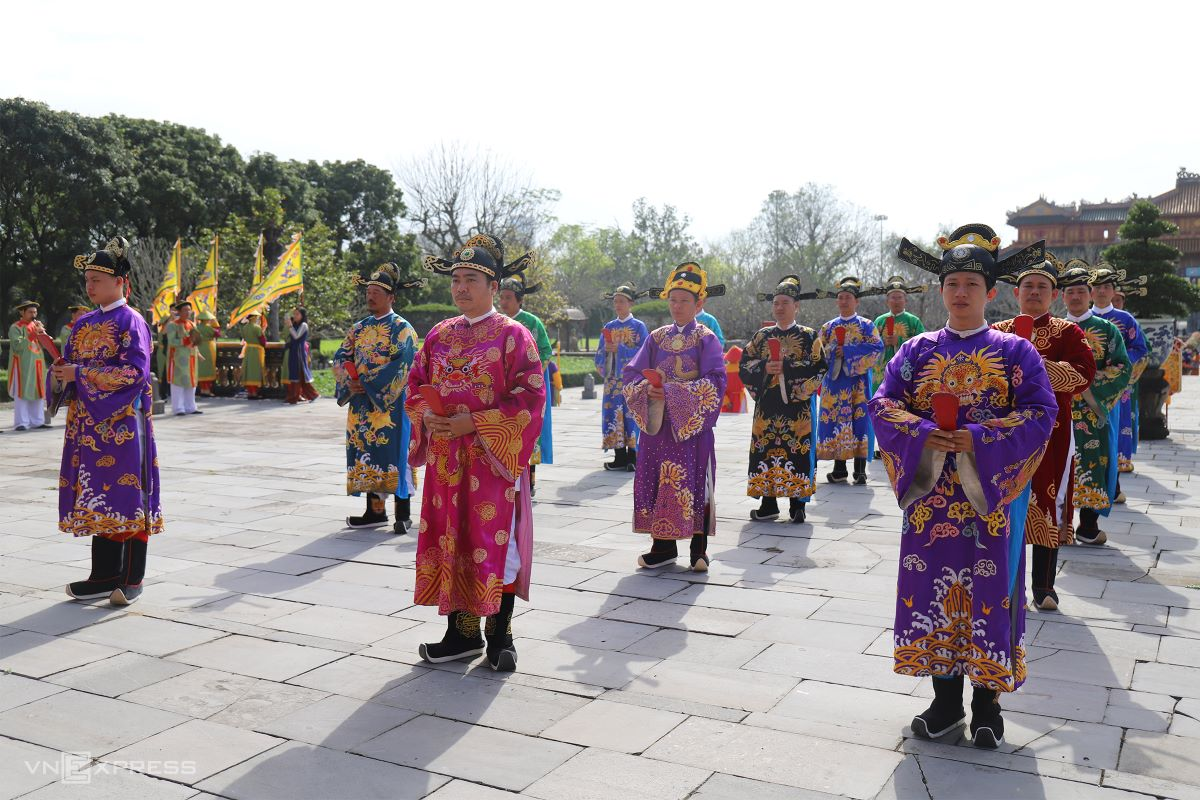 The hierarchy of officials is determined by their position. The highest rank, which is the chief of staff of each ministry stands at the front, near Thai Hoa Palace and the lowest rank the farthest away.