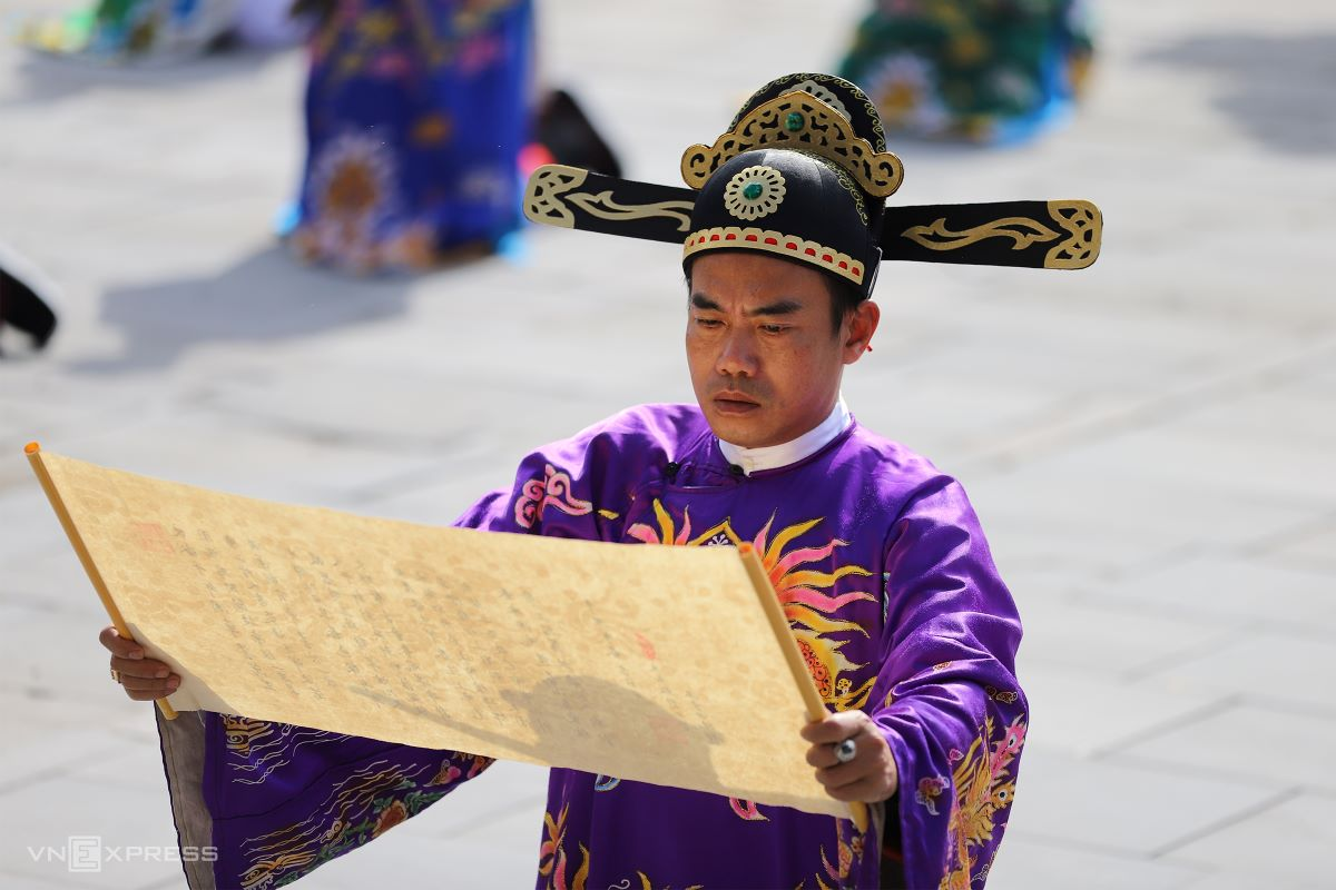 Mandarins then offer their congratulatory statement to the emperor.