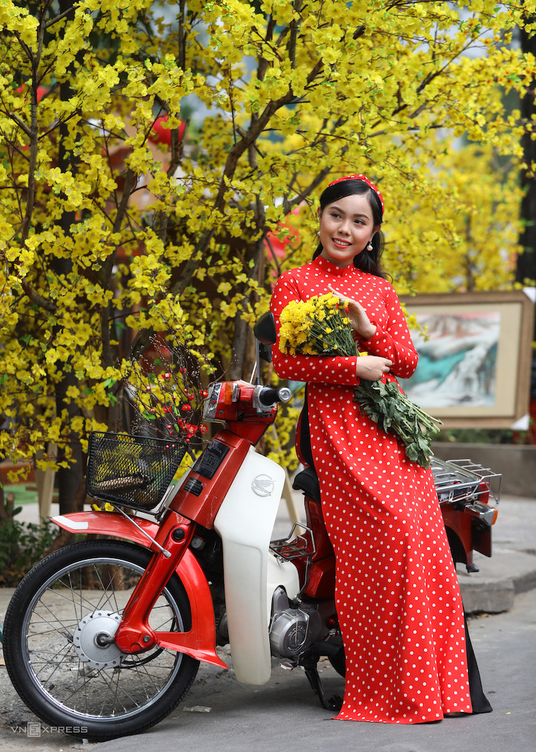 The bustling atmosphere of Saigon yellow mai street