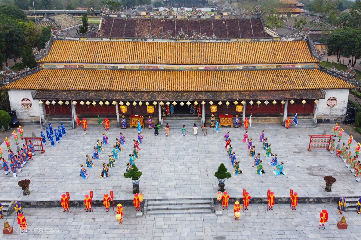The Hue Monuments Conservation Center reenacted a Tet ceremony popular during the reign of Nguyen emperors with the participation of more than 100 individuals in Thai Hoa Palace, Hue Imperial Citadel. Hue Imperial Citadel, a UNESCO heritage site, was home to the Nguyen Dynasty (1802-1945), which ruled Vietnam for 143 years. On the first day of the Lunar New Year, the Grand Audience Ceremony used to be held at Thai Hoa Palace and Ordinary Audience Ceremony at Can Chanh Palace. However, the supposed-to-be-ostentatious reenactment of the two rites only took place at Thai Hoa Palace since Can Chanh Palace had been destroyed in 1947 in a scorched earth resistance policy during the war.