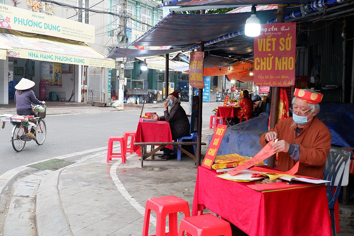 On February 4, contrary to the usual busy scene, the road leading to Tay Ho Temple (Phu Tay Ho) in Tay Ho District, a popular place of worship for devout Buddhists as also foreigners, was quiet. Some shops have been closed while parking lots were empty. Without pilgrimages, many calligraphy master came home early, there were only four people left. Calligraphy master Tran Duy Vinh  said that every year the temple is crowded during the year-end when people make ritual offerings to pray for a new prosperity year. For about a week now, the Tay Ho Temple has been very empty.Hanoi residents have been asked to stay home and limit travel during the upcoming Lunar New Year holiday as a Covid-19 precaution.