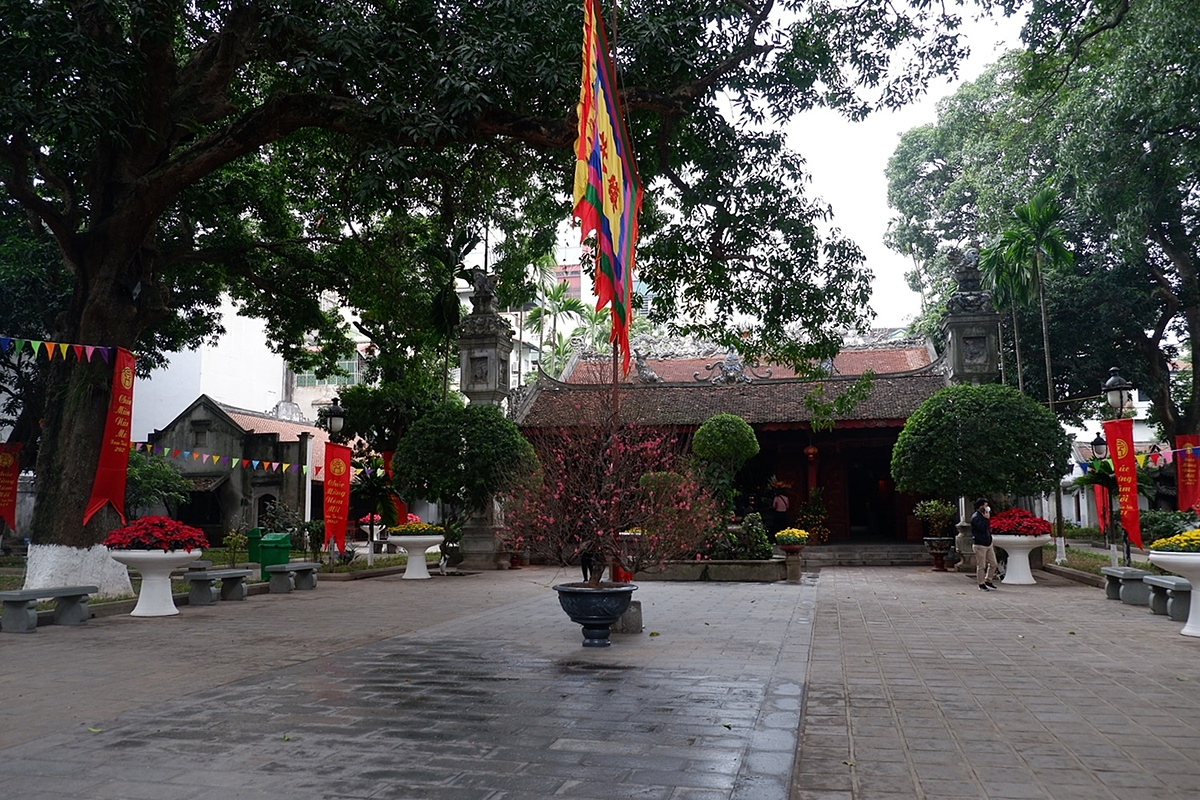 Similar to Quan Su Pagoda, Quan Thanh temple at the end of Thanh Nien Street is also absent of pilgrims. Quan Thanh Temple was built in 1010, to worship Huyen Thien Tran Vu, one of the four gods guarding the four gates of the Thang Long Citadel.