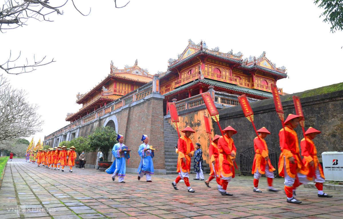 The Hue Monuments Conservation Center has organized the 'cay neu' (bamboo pole) erection ceremony for Tet (Lunar New Year) at The To Mieu Temple t the Hue Imperial Citadel. The To Mieu Temple is a sacred place built by the second emperor of the Nguyen Dynasty (1802-1945), Minh Mang, to commemorate emperors. Minh Mang is known for being strongly influenced by Confucianism and being at odds with western policies. The ceremony is held to celebrate the New Year and pray for another spring of good luck and good crops and ward off evil spirits.