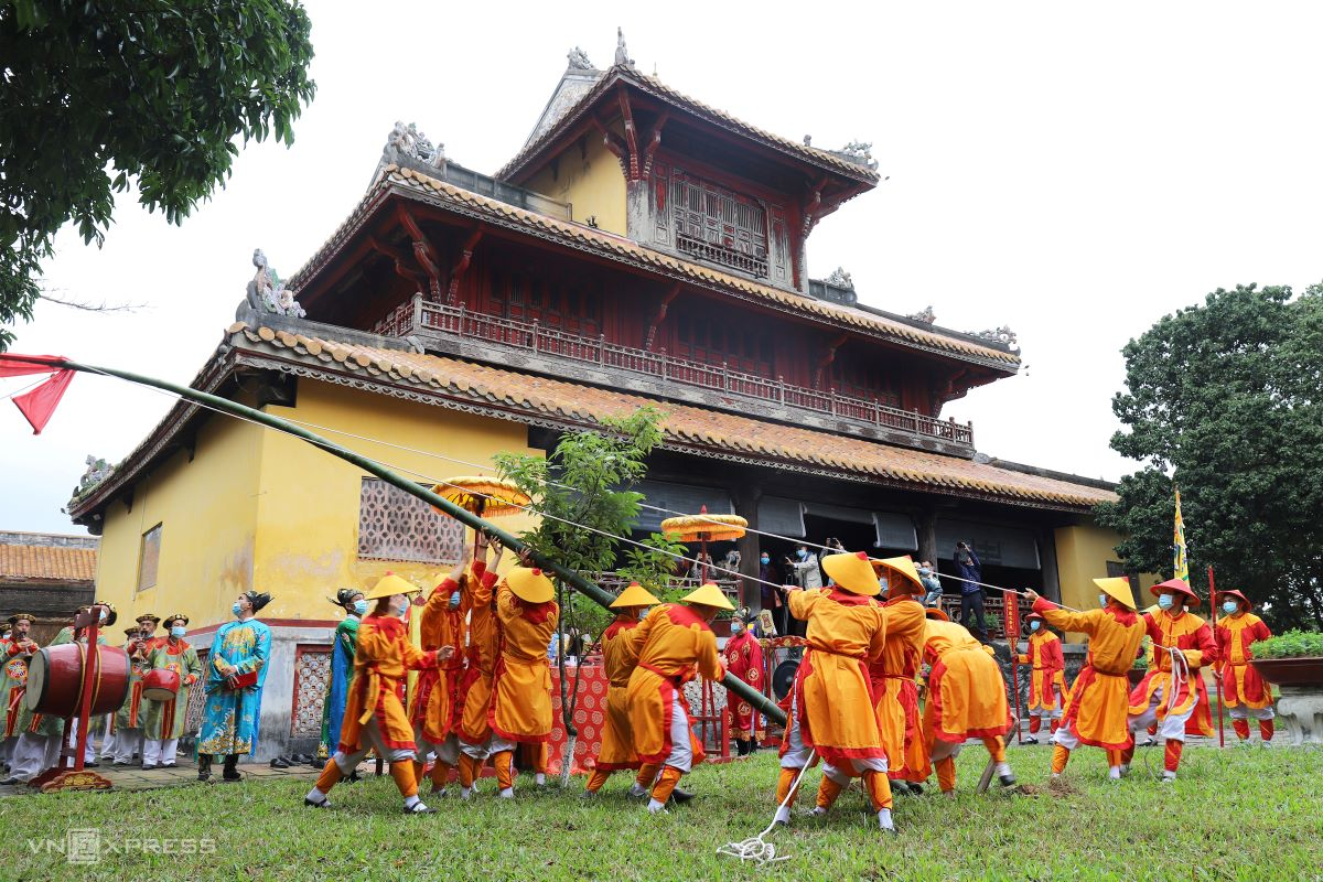 Soldiers pull up the pole at the Hien Lam Pavilion in The To Mieu Temple.  During the Nguyen Dynasty era, people were only allowed to start celebrating Tet after the bamboo pole went up.