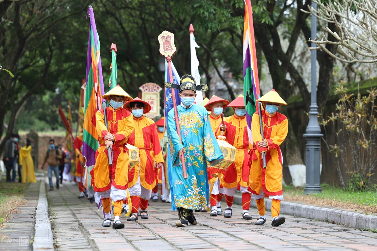 A procession of soldiers (modern soldiers or people dressed as imperial troops?) led by an official departs from Hien Nhon Gate for Trieu To Mieu Temple, Thai Hoa Palace and Hien Lam Pavilion.
