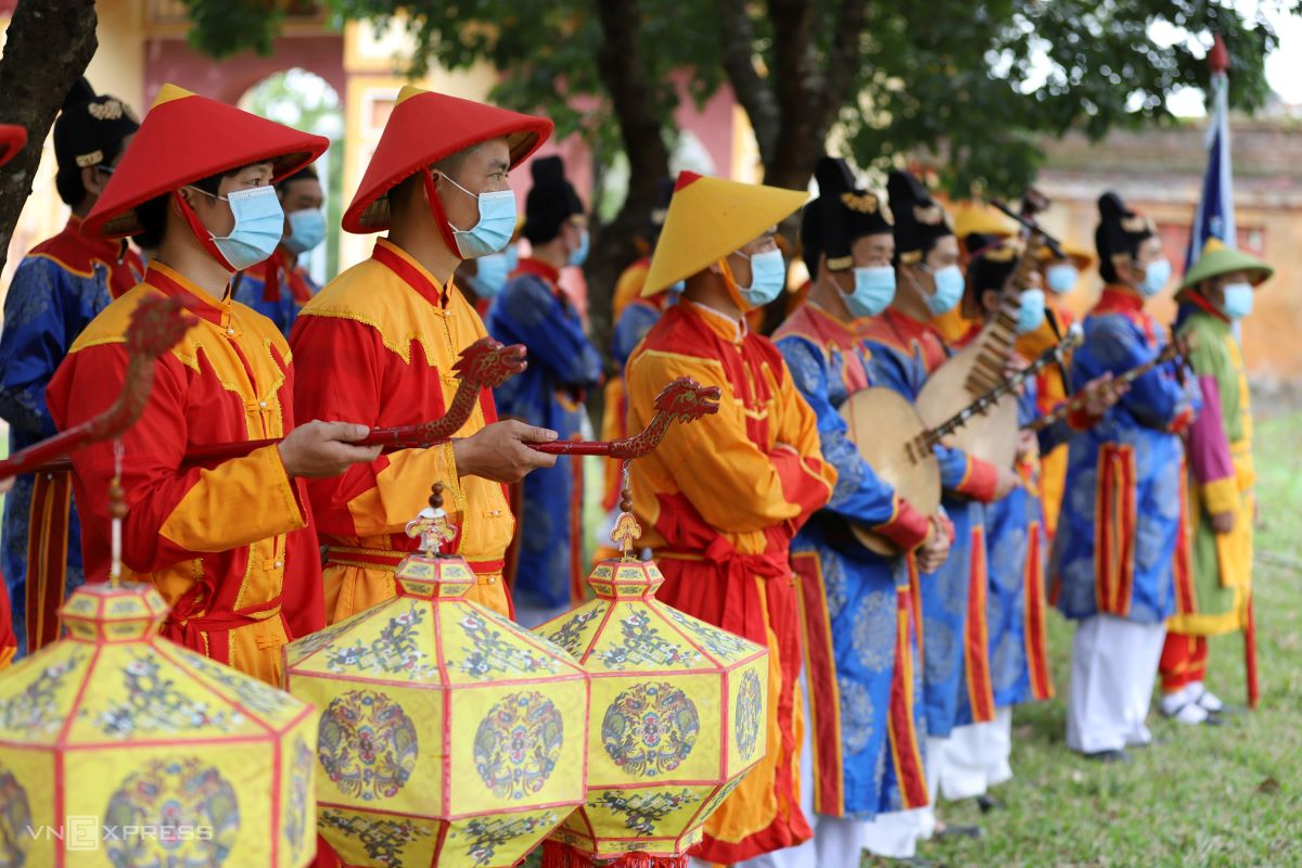 All participants are in traditional attire but wear masks since the end of the fight against Covid-19 is still nowhere in sight.