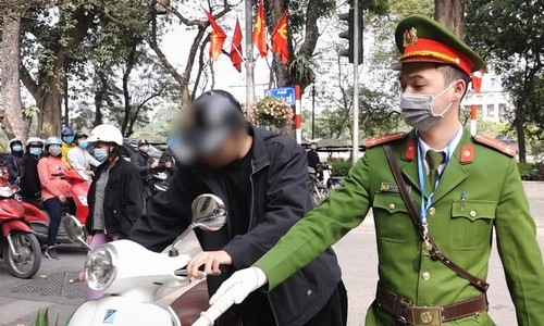 Hanoi police tighten enforcement of face mask regulations