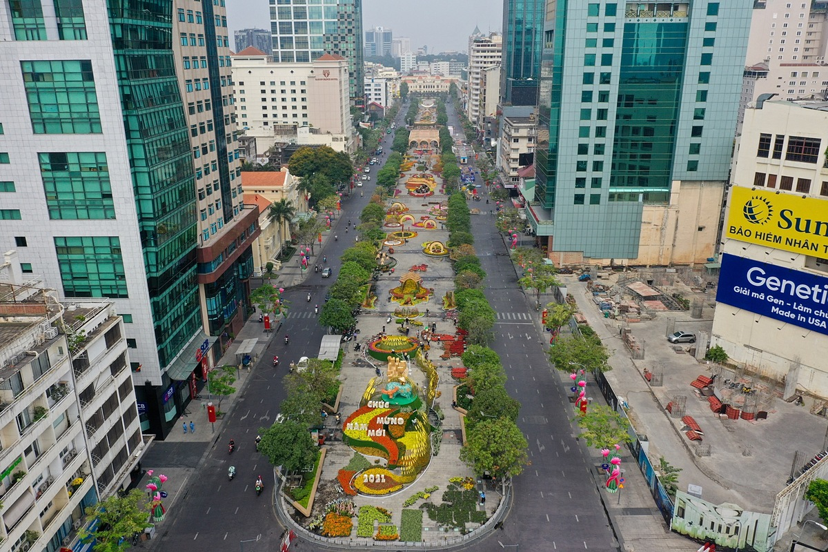 The Nguyen Hue Flower Street, one of the biggest annual events in Vietnam's southern metropolis heralding the Lunar New Year,Tet, is nearly ready after half a month of hard work.This year, the flower street will open to the public from 7 p.m. on Tuesday, two days before the Lunar New Years Eve, and close on Monday next week. The Year of the Buffalo peaks this Friday. Due to the complicated development of the Covid-19 pandemic in HCMC with the newly-discovered outbreak at Tan Son Nhat Airport that recorded four confirmed patients and 24 other suspected cases, all visitors to the flower streets are required to wear masks, even while taking photos.