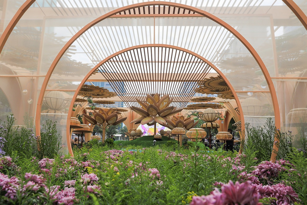 This years flower street is mainly used with organic materials, conveying a green message and an environmentally friendly lifestyle.