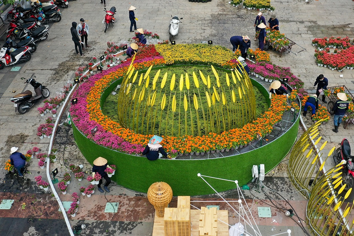More than 100 workers are busy decorating flowers in different scenes, connecting the electrical system and cleaning up toilet . This year, the flower street uses more than 100,000 flower pots, mainly imported from Dong Thap and HCMC in southern Vietnam and Lam Dong in the Central Highlands, home to flower paradise Da Lat.