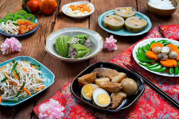 Chef Tran Ngoc Sang from Ho Chi Minh City said that the indispensable dishes in the Southern New Year were cylindric glutinous rice cake (banh tet), pork-stuffed bitter melon soup and braised pork with eggs. A variation of dishes such as shredded chicken, dried shrimp and pickled leeks.