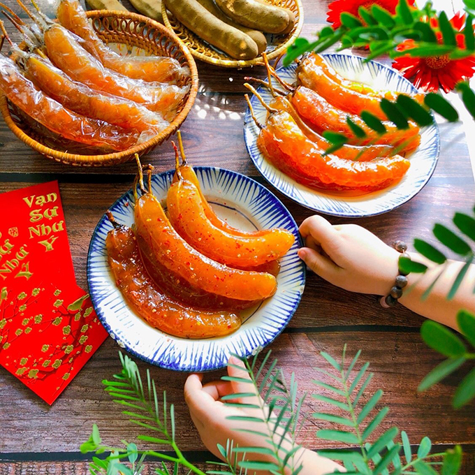 In addition to the savory dishes, Tet dried goods are the must-have. They are made from a variety of fruits and vegetables, with a variety of flavors, colors and aromas. They often go with a hot cup of tea to express one's wish for a sweet, warm and happy year.