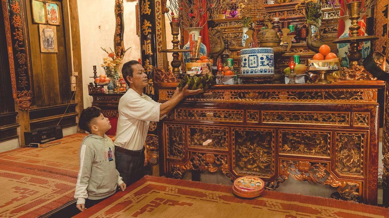 The ancestral altar serves as a reminder for every members of the family to show respect to the ancestors. Tho cleans his house, especially focusing on renovating the family altar, every times Tet is approaching.