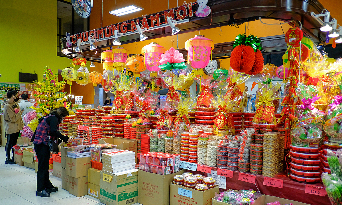 Stalls supply traditionalTetproducts like confectionary baskets, candied fruits, lanterns, and red calligraphy papers in Hong Kong Supermarket in Atlanta City, Georgia, U.S. Photo by VnExpress/Phuong Phuong.