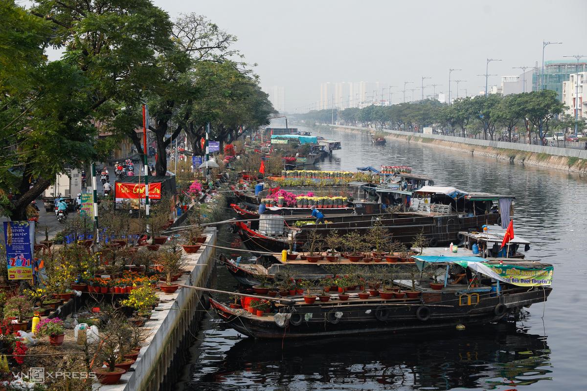 Saigon floating flower market abuzz ahead of Tet