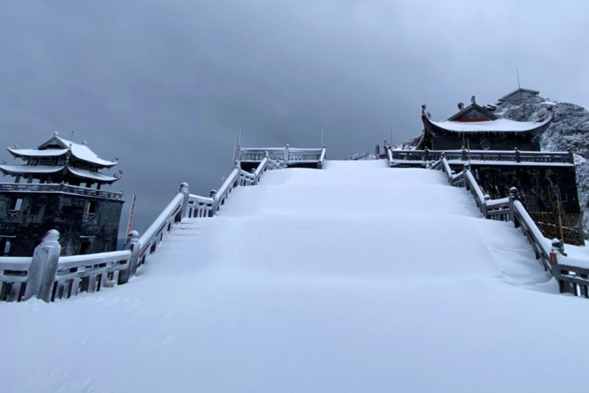 The stair of a pagoda is now a smooth white blanket with a thickness of 30 centimeters.