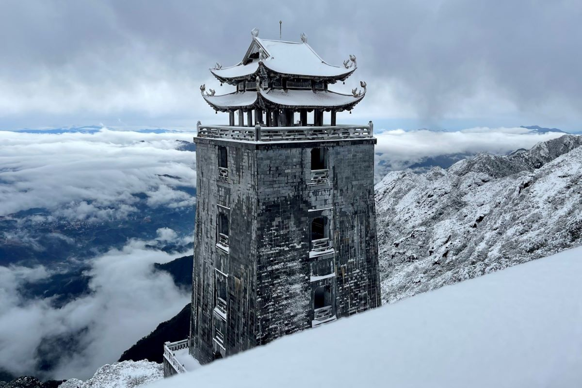The 32.8-meter Dai Hong Chung watchtower rises from an ocean of white.