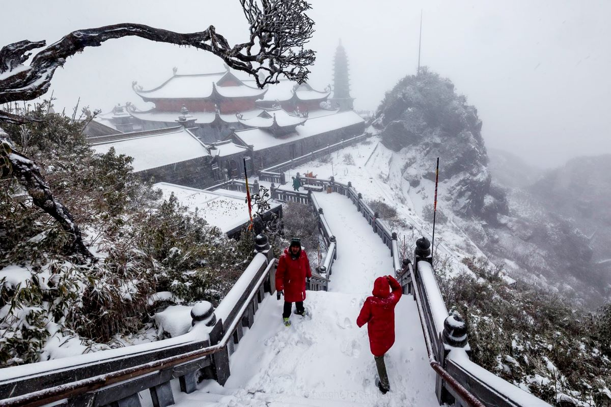 Hoang Tung (left) of Hanoi said it is not easy to move around because thick snow has covered the steps. Visitors should move very carefully to avoid accidents, he said.  While the snowcapped mountains and white valleys thrill visitors, some locals are ambivalent because their livestock and crops don't take kindly to such unusually extreme weather.